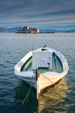 Bateau de pêche et un château, Nafplio, Grèce Image libre de droits
