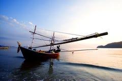 Bateau de pêche et vague de bulle Photos libres de droits