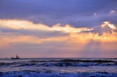 Bateau de pêche flottant sur la mer image libre de droits