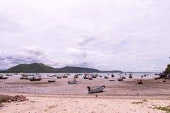 Bateau de pêche garé sur la plage Photos stock
