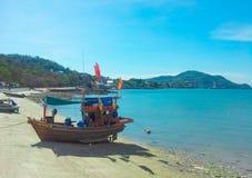 Bateau de pêche garé sur la plage images libres de droits
