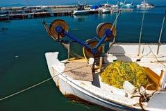 Bateau de pêche grec chez Cyclades image libre de droits