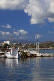 Bateau de pêche grec coloré Photographie stock libre de droits