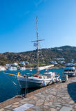 Bateau de pêche grec national dans le port Photographie stock libre de droits