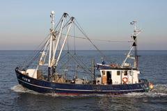 Bateau de pêche HORIZONT/CUX 16 en mer Photos stock
