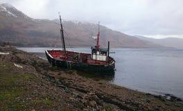 Bateau de pêche hors d'usage abandonné en Ecosse images stock