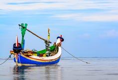 Bateau de pêche indonésien traditionnel (Jukung) Photographie stock libre de droits