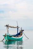 Bateau de pêche indonésien traditionnel (Jukung) Image stock