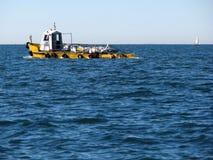 Bateau de pêche jaune Photographie stock libre de droits