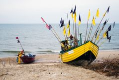 Bateau de pêche jaune. Photos stock