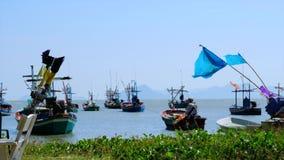 Bateau de pêche local sur la plage, vue de mer du port Les fruits de mer sont très populaires là Les gens l'ont vendu aux restaur clips vidéos