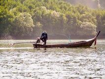 bateau de pêche de Long-queue en baie de Phang Nga, Thaïlande Photos libres de droits