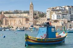 Bateau de pêche maltais, luzzu, dans le port de Marsaskala, Malte, l'Europe images libres de droits