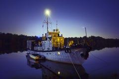 Bateau de pêche Moored à la bouche de la rivière nuit Photo stock