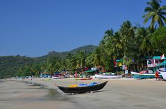 Bateau de pêche noir sur la plage Image stock