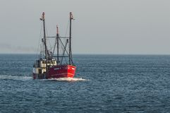 Bateau de pêche oriental d'installation Donny C la cuisson à la vapeur hors des buses aboient photographie stock