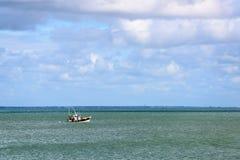 Bateau de pêche outre de l'île de Noirmoutier Photographie stock libre de droits