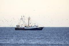 Bateau de pêche outre du rivage Photographie stock libre de droits