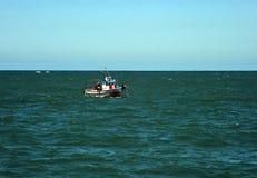 Bateau de pêche outre de la côte de la ville de mer de Cadix photographie stock
