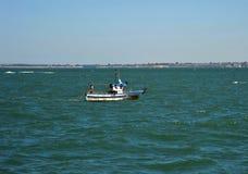 Bateau de pêche outre de la côte de la ville de mer de Cadix image libre de droits