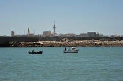 Bateau de pêche outre de la côte de la ville de mer de Cadix images libres de droits