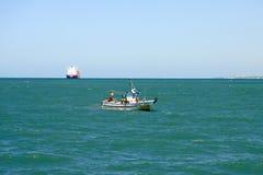 Bateau de pêche outre de la côte de la ville de mer de Cadix image stock