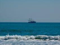 Bateau de pêche outre de rivage photos stock