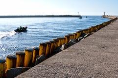 Bateau de pêche partant du port de Darlowo Images libres de droits
