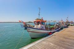 Bateau de pêche portugais sur le pilier Photos stock