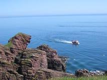 Bateau de pêche près de la côte Image stock