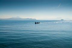 Bateau de pêche rétro-éclairé pendant le matin Photo libre de droits