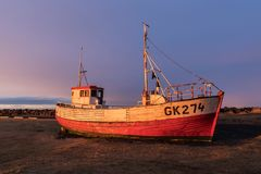 Bateau de pêche refourbi chez Gardur, péninsule de Midnes, Islande images libres de droits