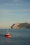 Bateau de pêche retournant au port Image libre de droits