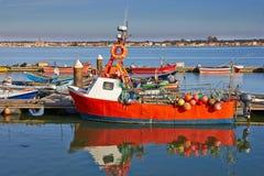 Bateau de pêche rouge Images stock