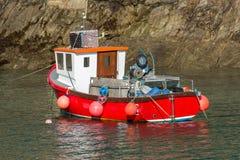 Bateau de pêche rouge dans le port de Newquay, les Cornouailles du sud photo libre de droits