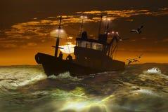 Bateau de pêche sous le lever de soleil Images libres de droits