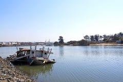 Bateau de pêche submergé abandonné dans le bas-fond du port de Durban Photo libre de droits