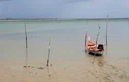 Bateau de pêche sur l'morte-eau photographie stock libre de droits