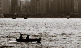 Bateau de pêche sur l'océan photos libres de droits