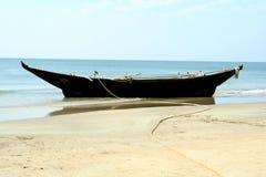 Bateau de pêche sur l'océan images libres de droits