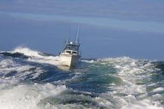 Bateau de pêche sur l'océan Photographie stock libre de droits