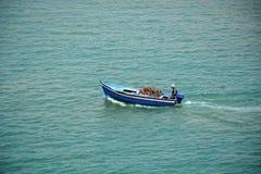 Bateau de pêche sur l'océan atlantique Image libre de droits