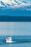 Bateau de pêche sur la baie de glacier, Alaska Images libres de droits