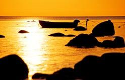 Bateau de pêche sur la mer photos libres de droits