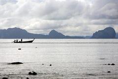Bateau de pêche sur la mer outre de Ko Lanta, Thaïlande photos stock