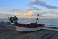 Bateau de pêche sur la plage Photo stock