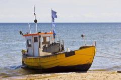Bateau de pêche sur la plage Photos stock