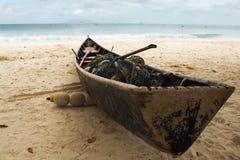 Bateau de pêche sur la plage. Images libres de droits