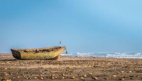 Bateau de pêche sur la plage Photographie stock libre de droits