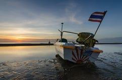 Bateau de pêche sur la plage de huahin, Thaïlande avec le lever de soleil Images libres de droits